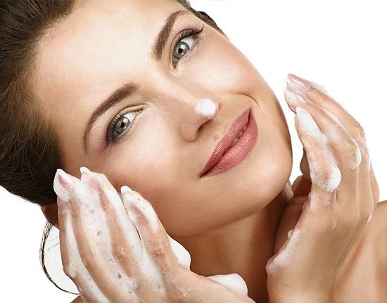 Thay vì liên tục dùng sữa rửa mặt bằng hóa chất, thỉnh thoảng hãy để da mặt nghỉ ngơi với nguyên liệu thiên nhiên này