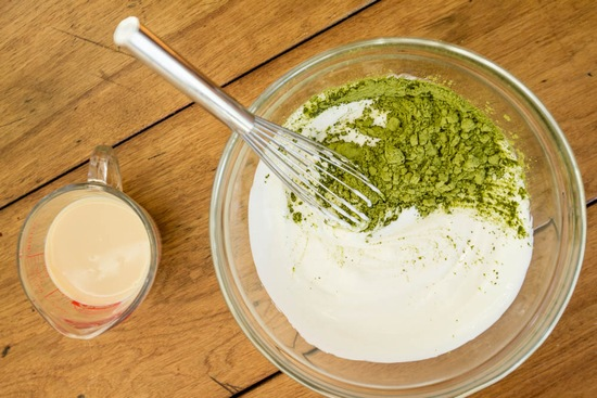 Bạn có tin rằng kiên trì đắp mặt nạ trà xanh và sữa chua 3 lần/ tuần sẽ giúp bạn trẻ ra vài tuổi không? Hãy thử và đón chờ kết quả nhé