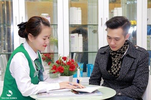 Khách hàng được tư vấn về dịch vụ trị mụn cho nam tại Thu Cúc