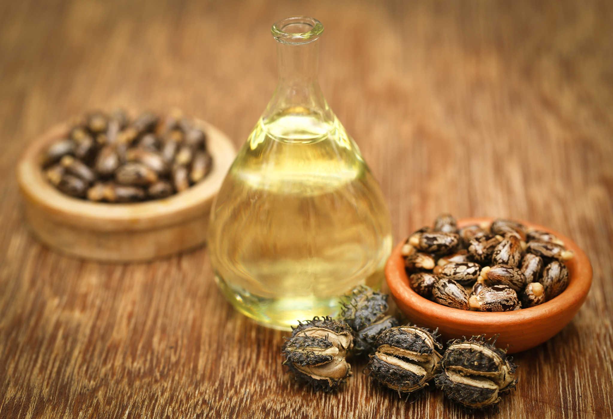 Dầu thầu dầu kết hợp với tỏi cũng có tác dụng tẩy nốt ruồi