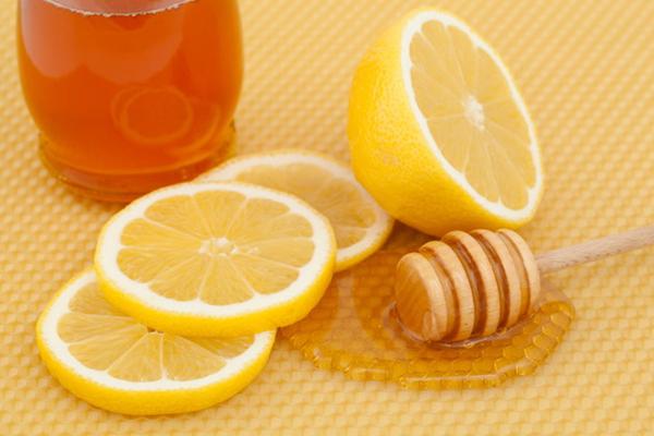 Cách trị môi thâm nam giới bằng chanh và mật ong