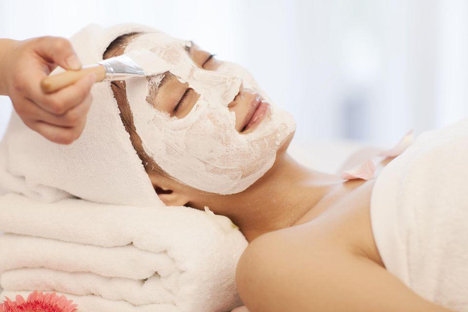 Đắp mặt nạ trị mụn sau khi xông hơi