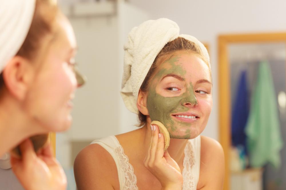 Đắp mặt nạ bột trà xanh giúp chống nắng