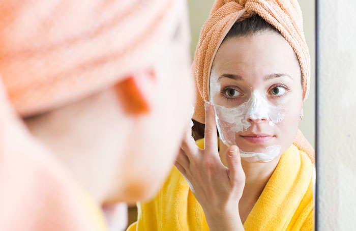 Dưỡng ẩm da bằng cách bôi sữa chua trực tiếp lên da như một loại mặt nạ