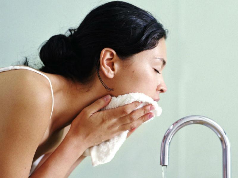 LÀm sạch mặt nhẹ nhàng trước khi xông hơi
