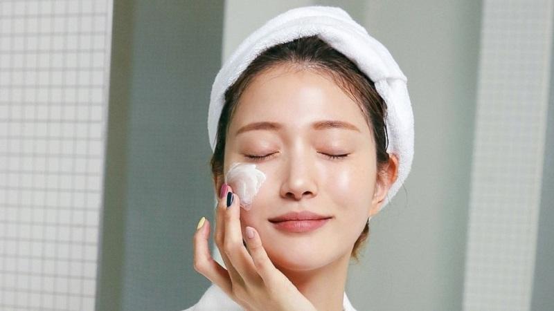 Làm sạch da mặt mỗi tối