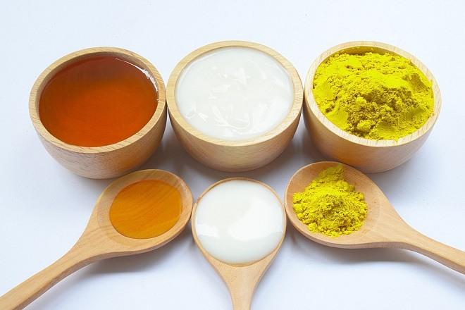 Cách làm trắng da bằng bột nghệ, sữa chua và mật ong dành cho da khô