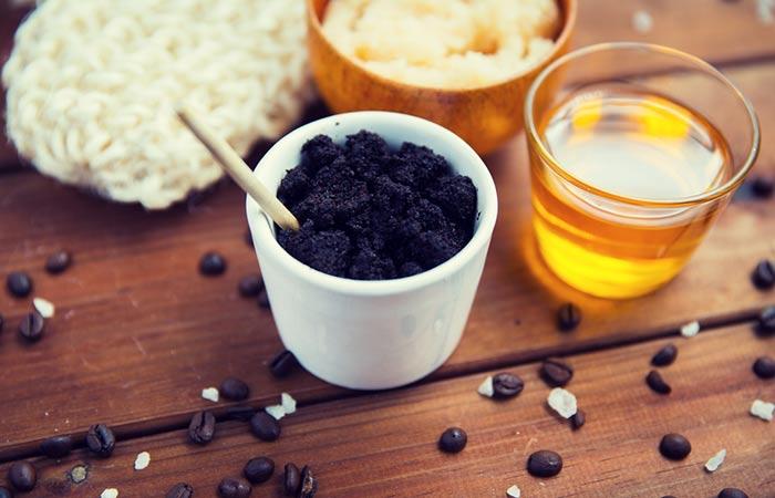 Bã cà phê và mật ong để tẩy tế bào chết cho môi