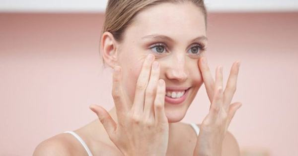 Tình trạng nháy mắt là rất thường gặp. Riêng có thắt mi thường gặp ở người trung niên