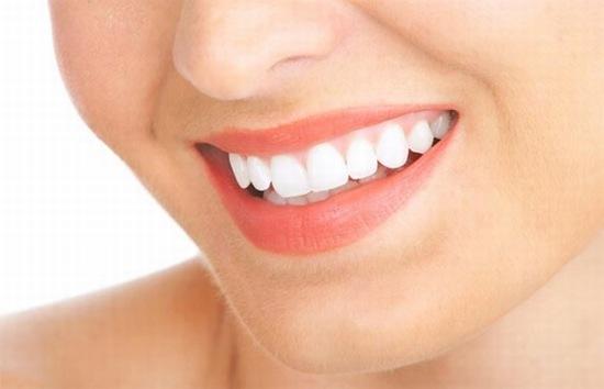 Thật bất ngờ nhưng sự thật là giấm táo có khả năng tẩy trắng răng hiệu quả đấy