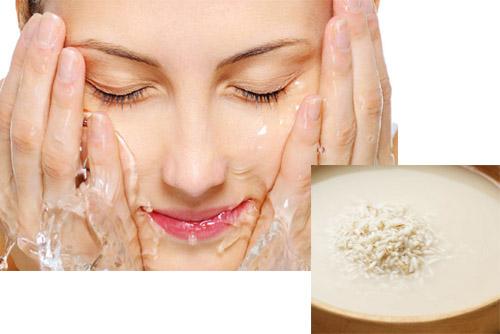 Nước vo gạo rửa mặt kết hợp massage nhẹ nhàng giúp làn da tươi tắn hơn.