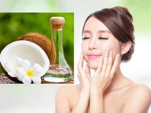 Sau khi tắm, dùng một ít dầu dừa thoa lên da, massage thật nhẹ nhàng,