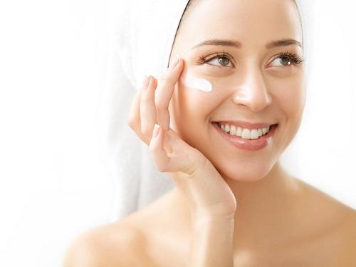 Khi vừa rửa sạch da mặt, làn da trở lên ẩm ướt, mềm mại, hãy thoa cho da 1 lớp kem dưỡng ẩm mỏng khóa độ ẩm lại trên da, c