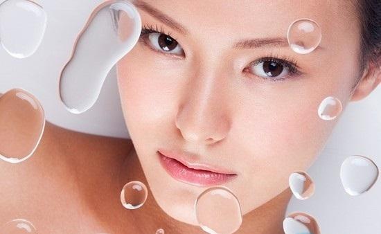 Da khô là da dễ mất nước, bổ sung nước để dưỡng ẩm cho da là cách chăm sóc da tuyệt vời.