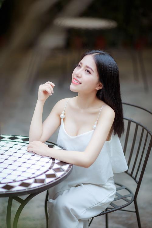 Thừa nhận nâng ngực, Khánh Linh tự tin khoe dáng quyến rũ