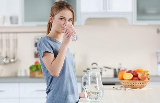 Uống đủ 2 lít nước mỗi ngày cũng là cách hỗ trợ giảm cân được chuyên gia khuyên dùng