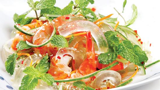 Gỏi nha đam hải sản rất dễ ăn nên cả gia đình đều có thể thưởng thức