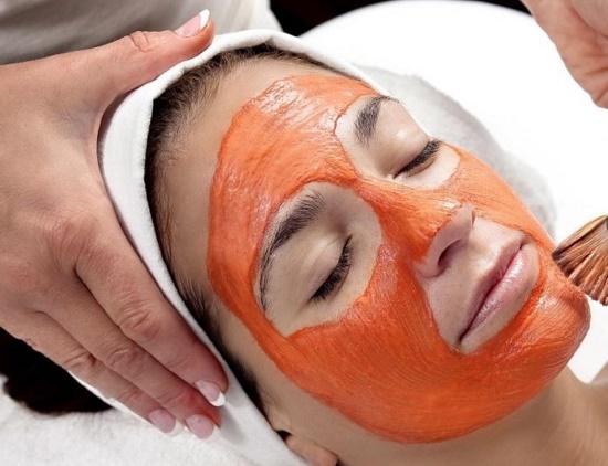 Đắp mặt với dầu gấc là một trong những cách loại bỏ các vết thâm nám và trở nên sáng hồng lên trông thấy