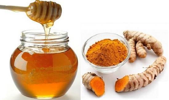 Mật ong và bột nghệ là sự kết hợp hoàn hảo giúp làn da thoát khỏi những vết nám, tàn nhang