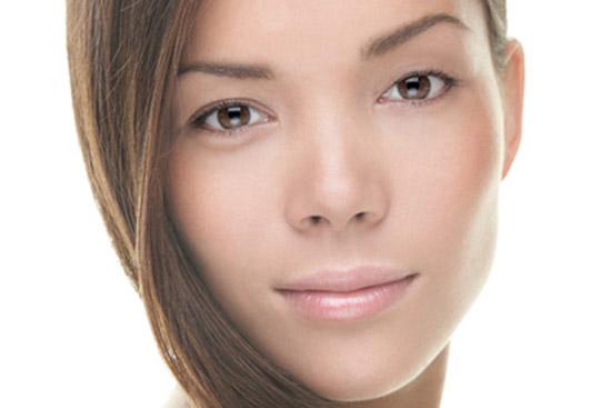 2 mắt không đều nhau gây ra sự mất cân đối và kém xinh cho gương mặt bạn gái