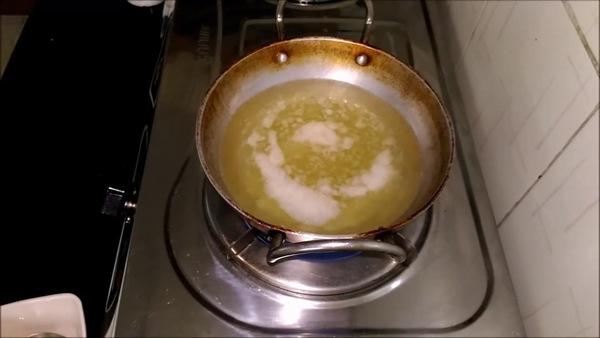 Khi đun sôi gel nha đam cùng dầu dừa, các bạn nên chú ý đảo đều tay để không bị cháy nhé